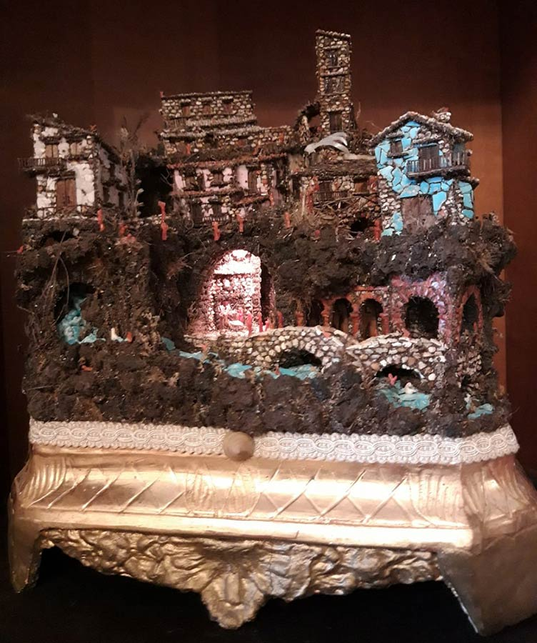 Antonio Marciano, presepe napoletano in corallo, turchese, madreperla, pietra lava del Vesuvio su base di legno antica. 32x28x15 cm